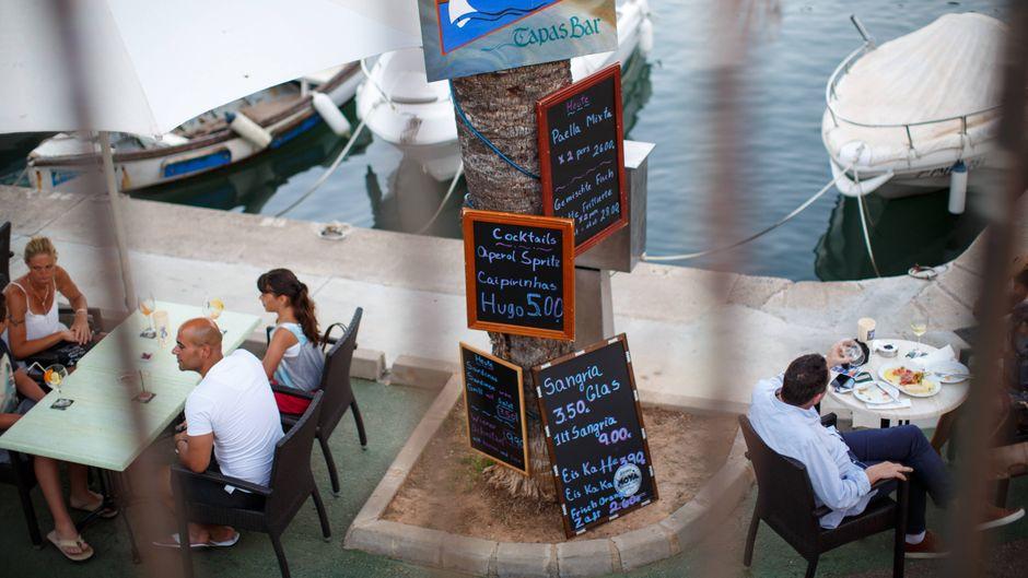 Schlemmen nach einem Tag am Strand, dazu Hafen- oder Meerblick: Das volle Paket bekommst du in diesen Restaurants in Cala Ratjada.