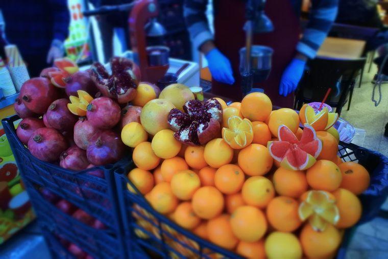 Granatapfel- und Orangensaft sind neben Tee und Kaffee beliebte Getränke, die in Istanbul an der Straße verkauft werden.