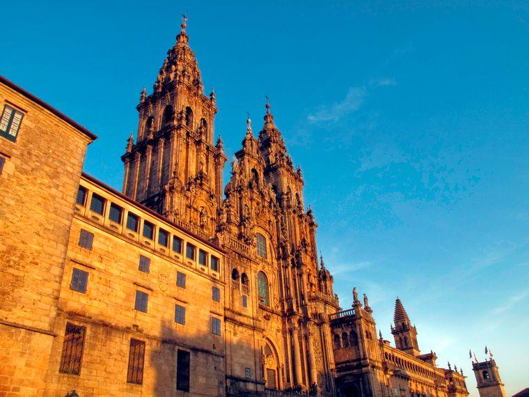 Santiago de Compostela ist nicht nur die Hauptstadt der spanischen Region Galicien. Sie ist auch der Endpunkt des Jakobswegs. Ein Besuch der Kathedrale gehört für Pilger zum Pflichtprogramm.