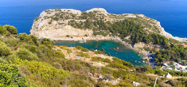 Die Anthony Quinn Bay auf Rhodos ist bei Urlauberinnen und Urlaubern beliebt.