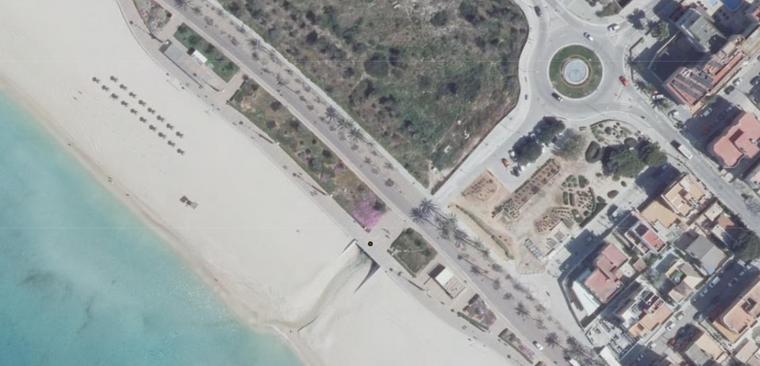 Der braune Punkt markiert an dieser Stelle einen Kanal, der sich direkt auf den Strand öffnet.