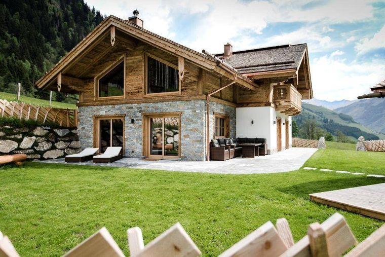 Das frei stehende Luxus-Chalet befindet sich inmitten der Natur mit Saunahütte und Hot Pot.
