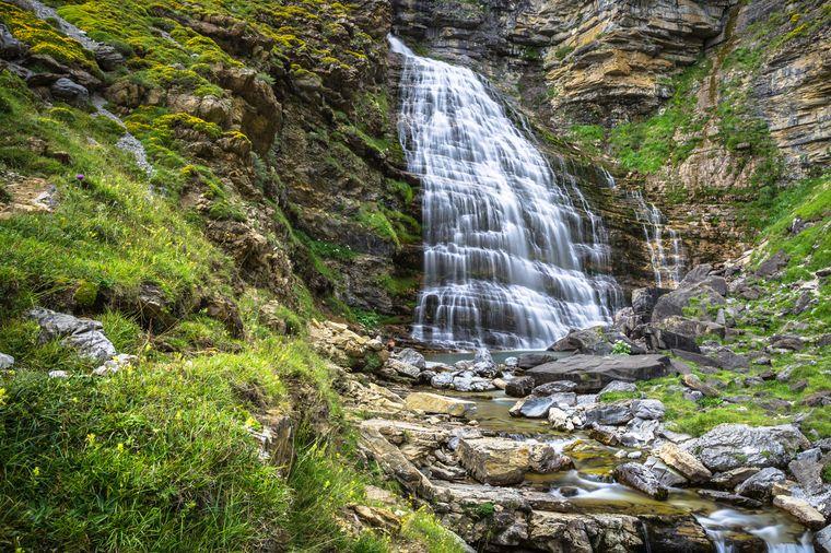 Der Cascada Cola de Caballo fällt wunderschön in die Tiefe und versteckt eine Höhle hinter den Wassermassen.