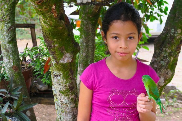 Elly und ihr zahmer Papagei in El Chile.