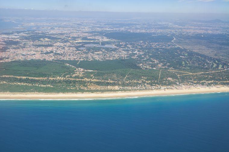 Die Costa da Caparica erstreckt sich über mehrere Kilometer entlang von Portugals Westküste.