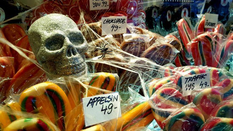 Sogar die Süßigkeiten sind mit Spinnweben verziert.