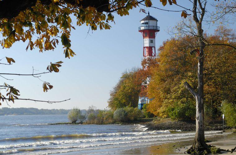 So schön ist der Leuchtturm Wittenbergen an der Elbe bei Hamburg.