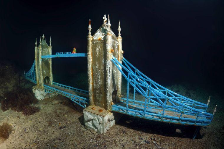 Die Tower Bridge findet du im Unterwassermuseum Kap Tarhankut auf der Halbinsel Krim.