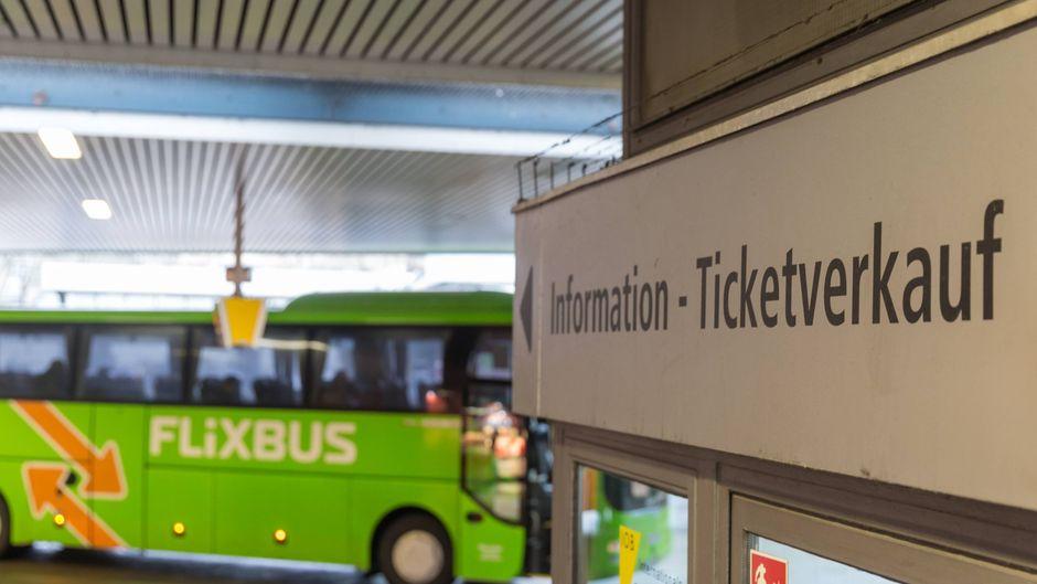 Ticketverkauf für Fernbusreisen auf dem Zentralen Omnibusbahnhof in Berlin, im Hintergrund ein Flixbus.