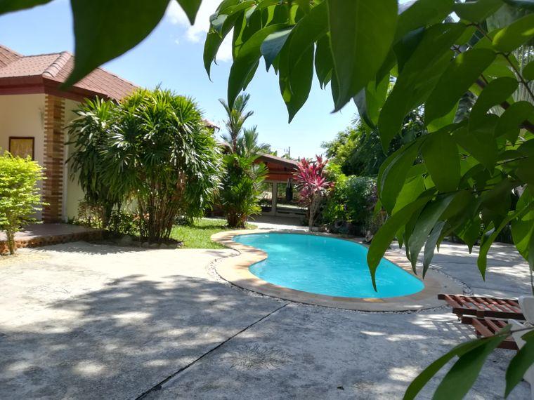 Pool in der Bungalow-Anlage auf Phuket, Thailand.