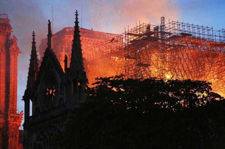 Notre-Dame brannte lichterloh.