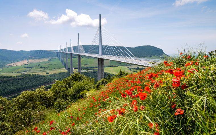 Das Millau-Viadukt führt in Südfrankreich auf der Straße von Paris nach Barcelona über den Fluss Tarn