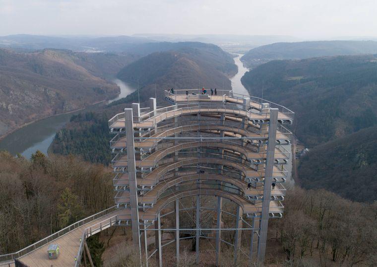 Blick auf den Aussichtsturm des Baumwipfelpfades Saarschleife.