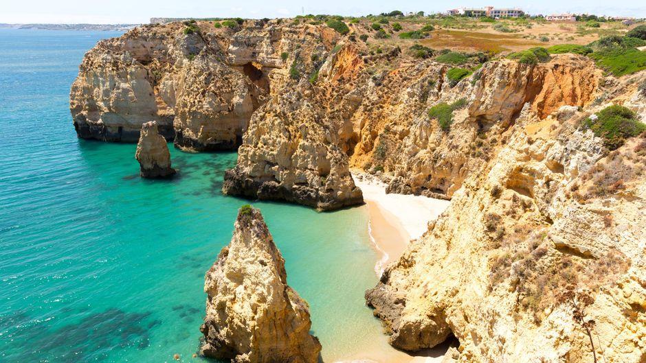 Die Küste Portugals ist geprägt von beeindruckenden Felsformationen.