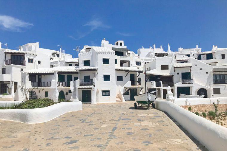Das Dorf Binibeca Vell liegt im Südosten von Menorca, alle Häuser sind dort weiß.