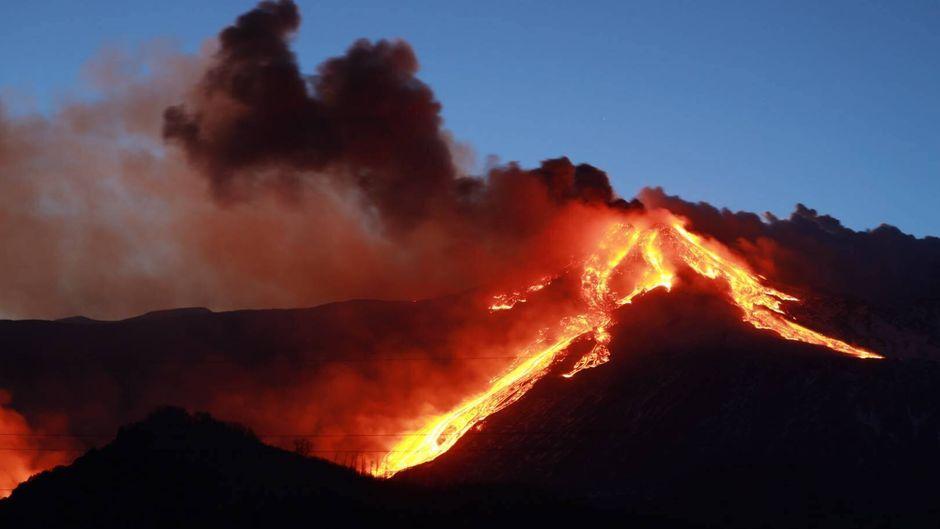 Der Vulkan Ätna auf Sizilien ist ausgebrochen, die Bilder von Lava und Asche sind beeindruckend.