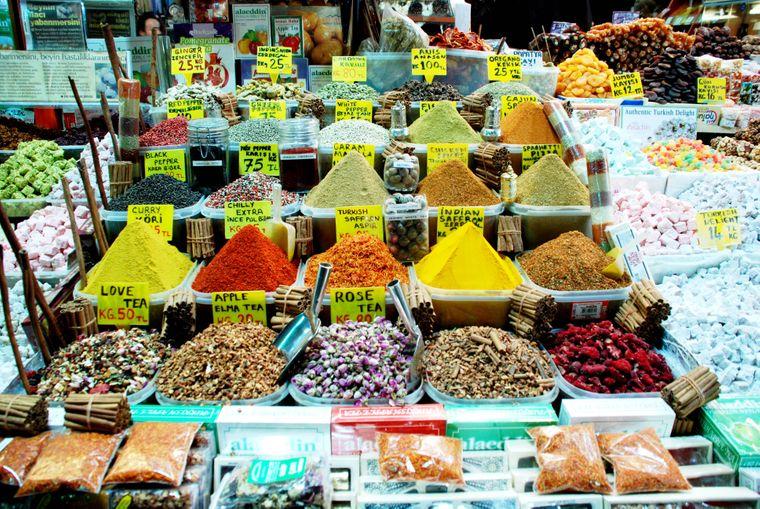Ein Besuch auf dem türkischen Basar gehört zu einem Urlaub in der Türkei dazu.