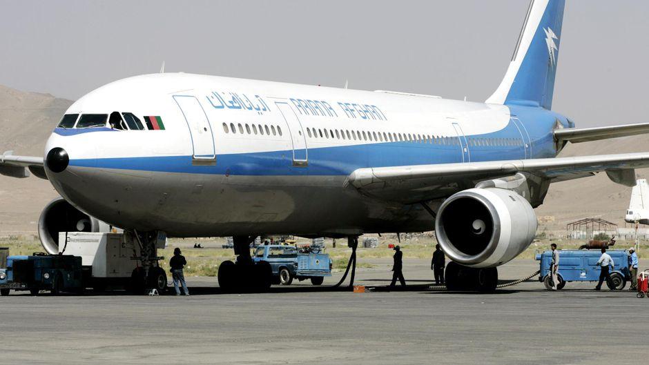 Ein Flugzeug der Ariana Afghan Airlines am Flughafen Kabul.