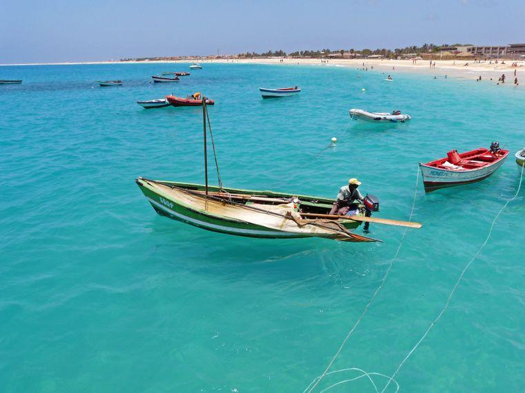 Fischer auf dem Wasser vor der Küste der Kapverden.