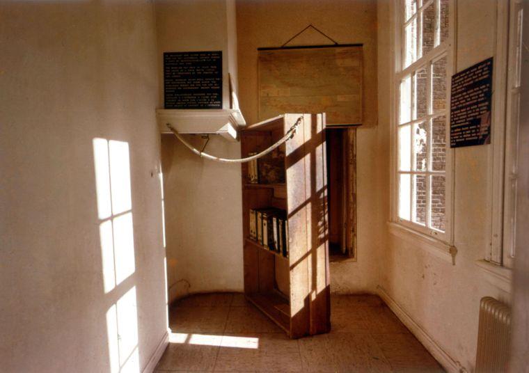 Hinter dem Bücherschrank in einem Hinterhaus an der Prinsengracht tauchte Familie Frank ab Juli 1942 unter.