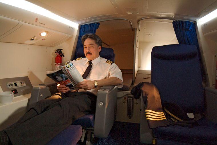 Ein Pilot im Ruhebereich einer Boeing 777.
