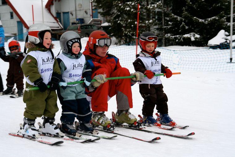 Die Kleinen üben das Skifahren in Trysil.