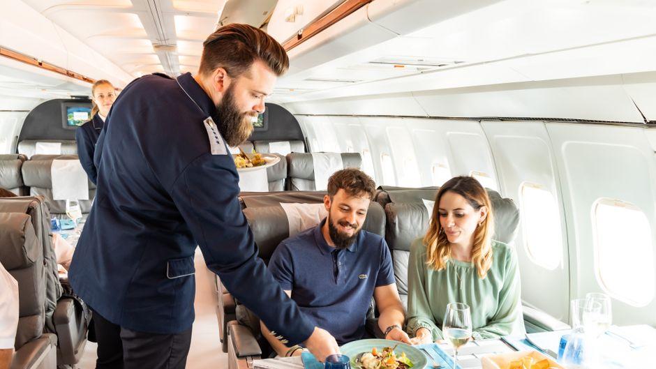 In der zu einem Restaurant umgebauten Boeing 727-200 können Besucher in VIP-Sitzen speisen.