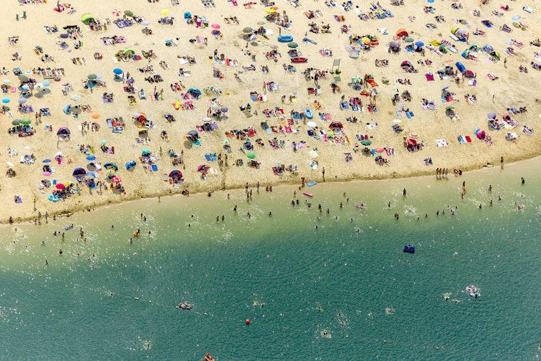 Der Silbersee II aus der Luft: Sandstrand und türkisfarbenes Wasser.