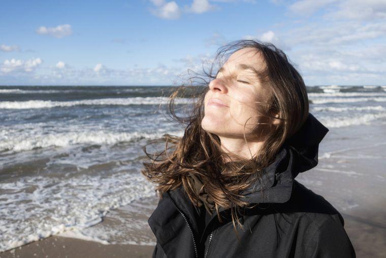 Eine Frau am Strand von Misdroy, Polen