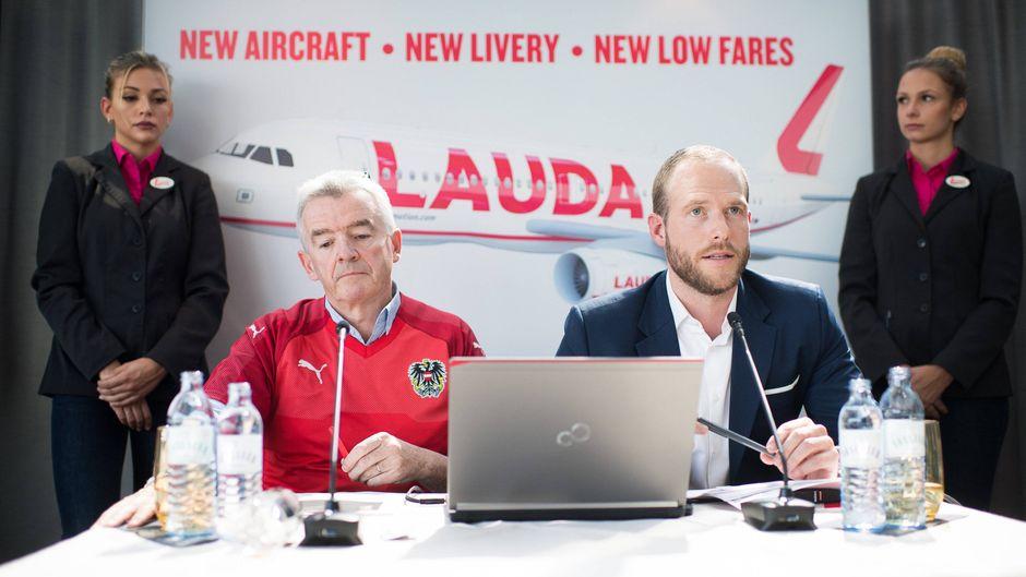 Ryanair-CEO Michael O'Leary (links) und Laudamotion-Geschäftsführer Andreas Gruber bei einer Pressekonferenz in Wien.