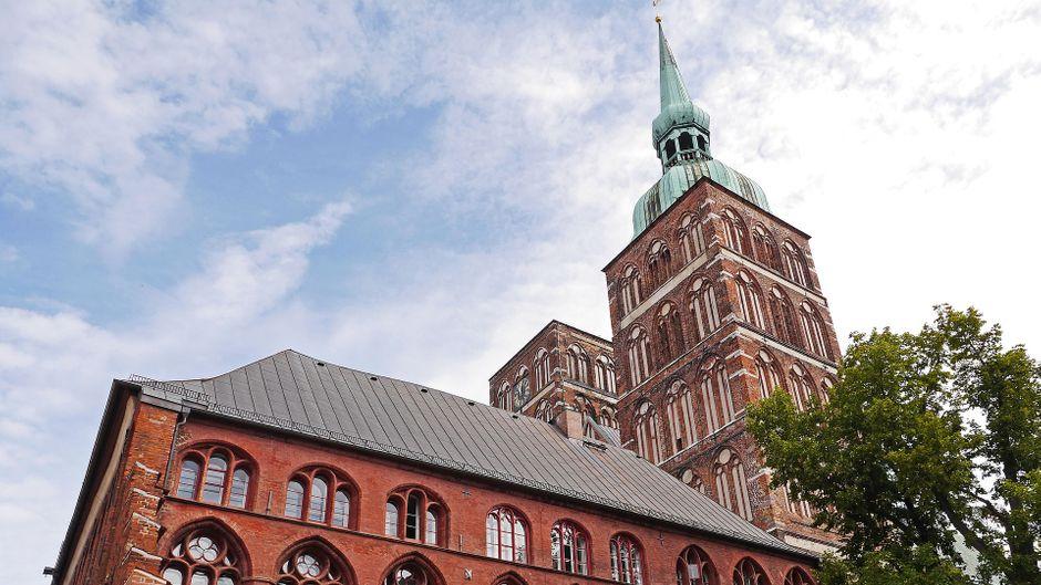 Du kommst nicht drumrum: Wenn du in Stralsund bist, solltest du das einzigartige Rathaus gesehen haben.