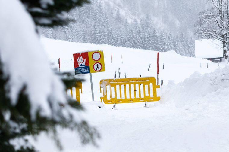 Das Schnee-Chaos in Österreich nimmt kein Ende: Inzwischen sind Hunderte Skilifte gesperrt.