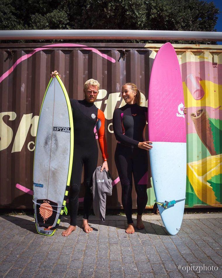 Michelle und Stephan mit ihren Surfbrettern.