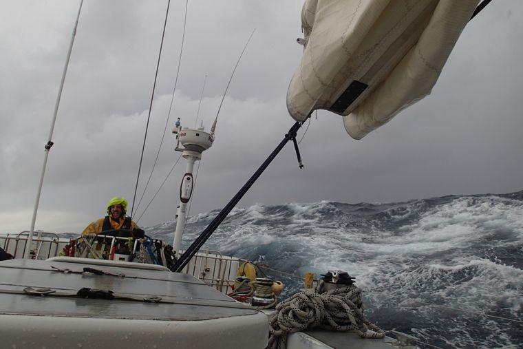 Tyral Dalitz segelt über das Meer.