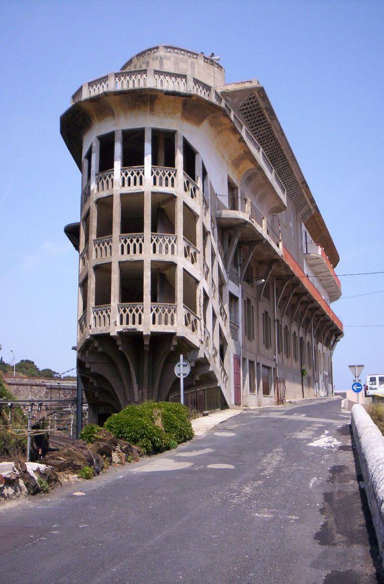 Das Hotel Belvédère Du Rayon Vert in Frankreich soll an ein Schiff erinnern. Seit mehr als 30 Jahren steht das Hotel leer.