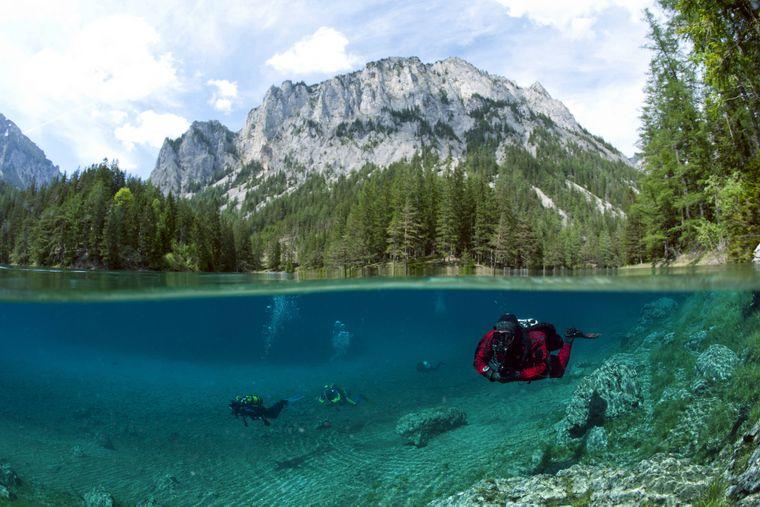 Taucher im Grünen See in der Steiermark in Österreich