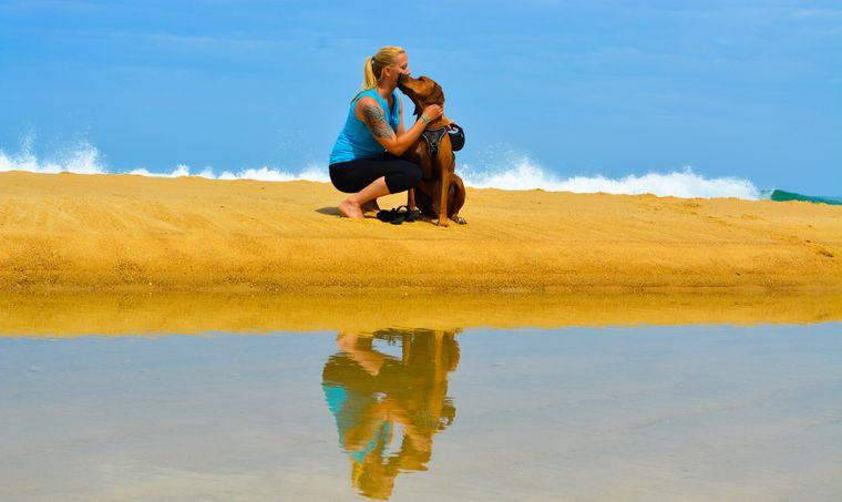 Michelle und Turner sitzen am Strand.
