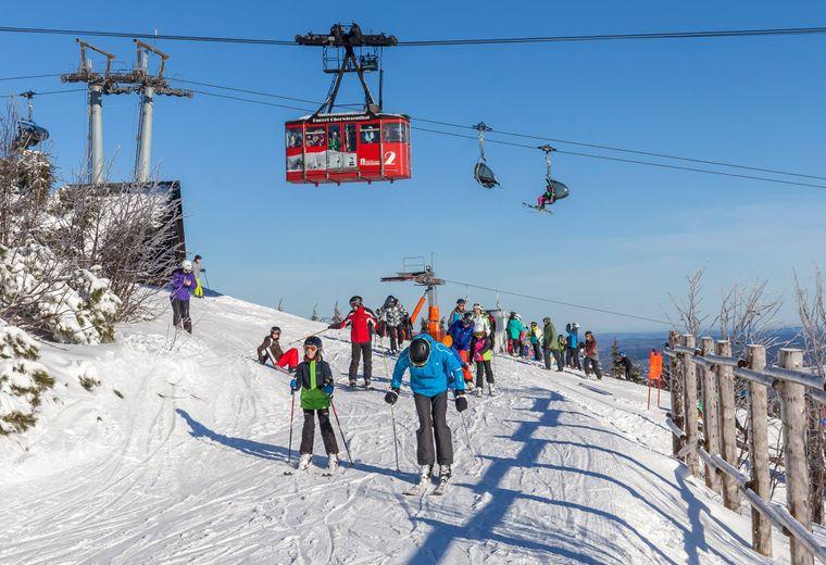 Wintersportler fahren auf dem Fichtelberg in Oberwiesenthal auf einer Piste unter der Schwebebahn (Archivbild von 2016).