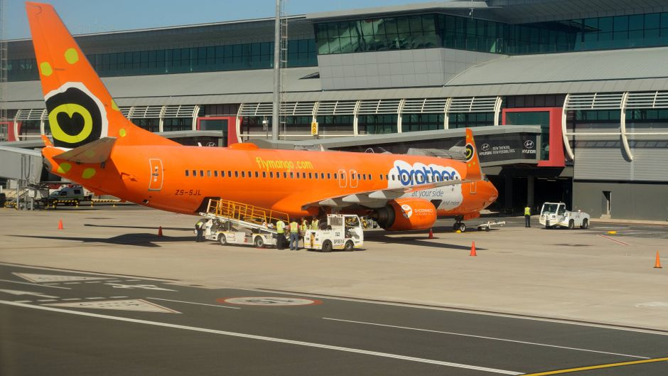Ein Flugzeug von Mango Airlines am Flughafen Durban in Südafrika.