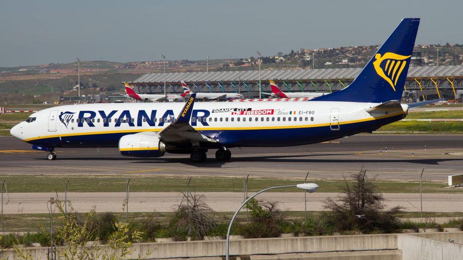 Ein Ryanair-Flugzeug auf dem Rollfeld des Flughafens Barajas in Madrid, Spanien.