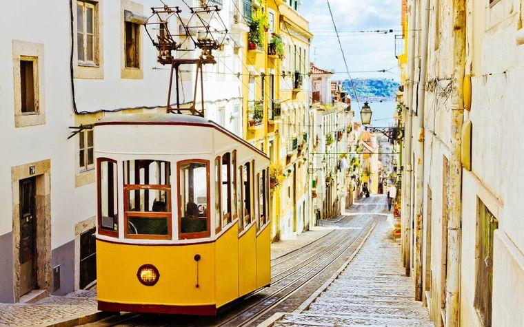 Klassiker: Die Rua da Bica de Duarte Belo in Lissabon mit ihrer ikonischen gelben Bahn.