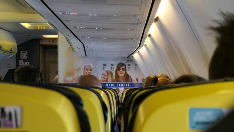 Sitze an Bord einer Ryanair-Maschine.