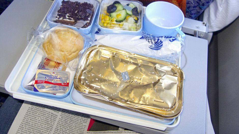 Essen in Plastikverpackungen im Flugzeug. (Symbolbild)