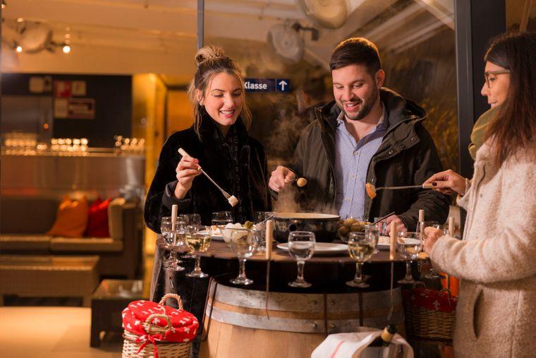 In Zürich fährst du beim Fondue-Essen im Chäs-Fondue-Schiff auf dem Zürichsee umher.