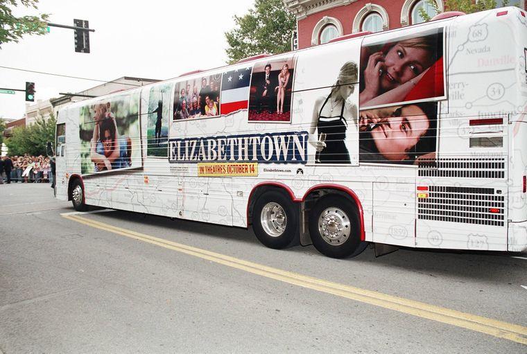 """Ein Bus ist beklebt mit Werbung für den Film """"Elizabethtown""""."""