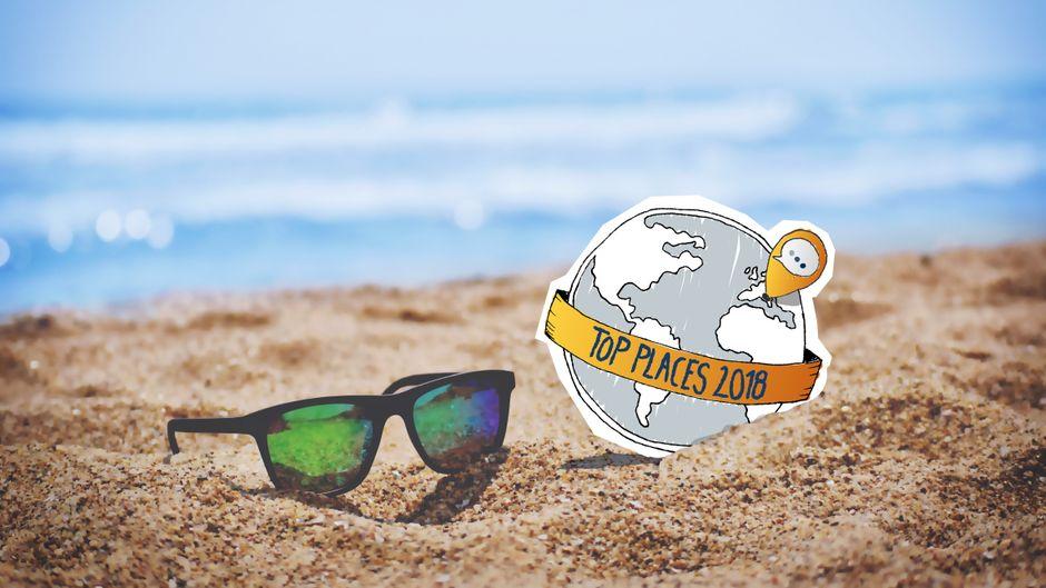 """Montage: Logo der """"reisereporter Top Places 2018"""" und eine Sonnenbrille am Strand."""