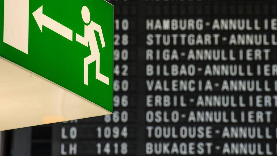 Tafel mit annullierten Flügen in Frankfurt am Main.