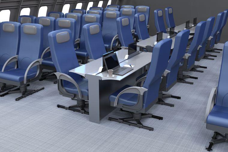 Schreibtisch in Flugzeugkabine.