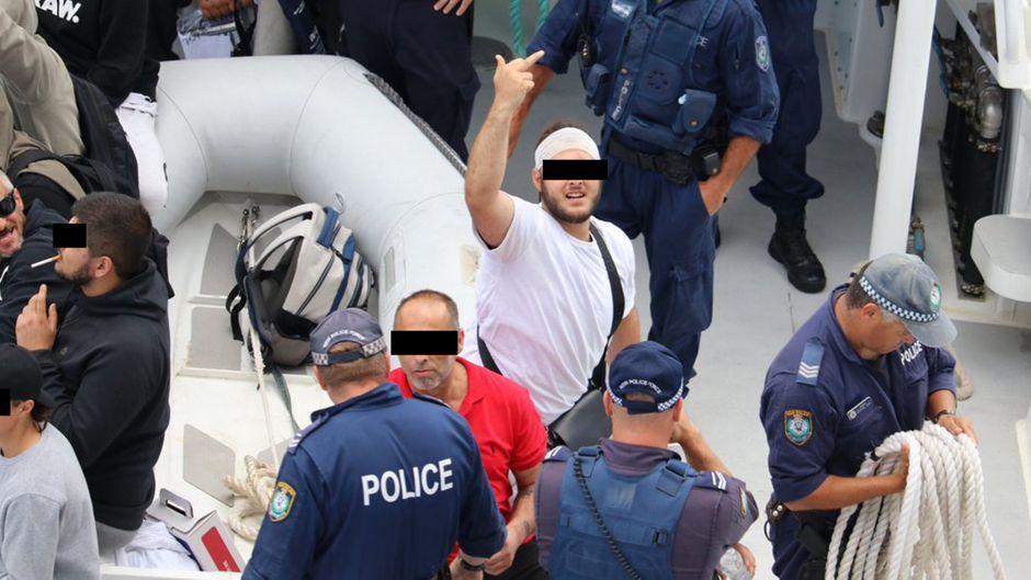 In New South Wales wurden die Mitglieder der Großfamilie von der Polizei vom Schiff gebracht.