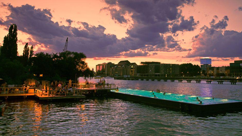 Cocktails, feiner Sand und Abkühlung im Pool: An der Spree in Berlin kommt Strandurlaubslaune auf.